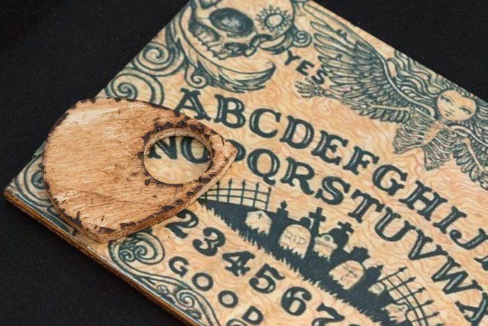 Jouer avec une planche de Ouija peut produire des phénomènes paranormaux.