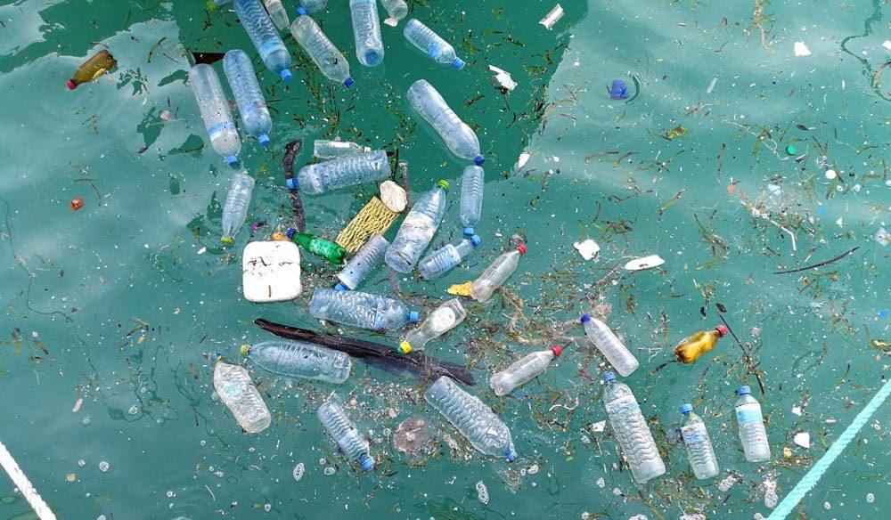 La plastique créé Les piles des déchets flottants.