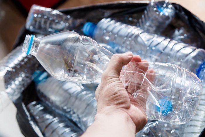 Danger du plastique: l'eau en bouteille remplie de microplastiques.