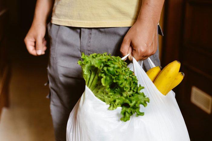 Les sacs de plastique sont maintenant interdits dans de nombreux pays.