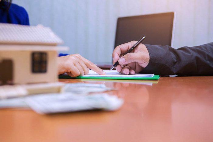 Pour votre première maison, vous pourriez avoir besoin de l'aide d'un courtier immobilier.