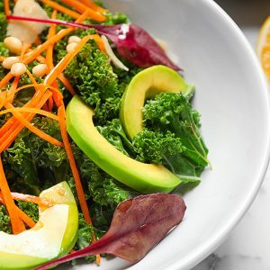 Salade de radis, chou frisé et graines de chanvre, vinaigrette citron et miel
