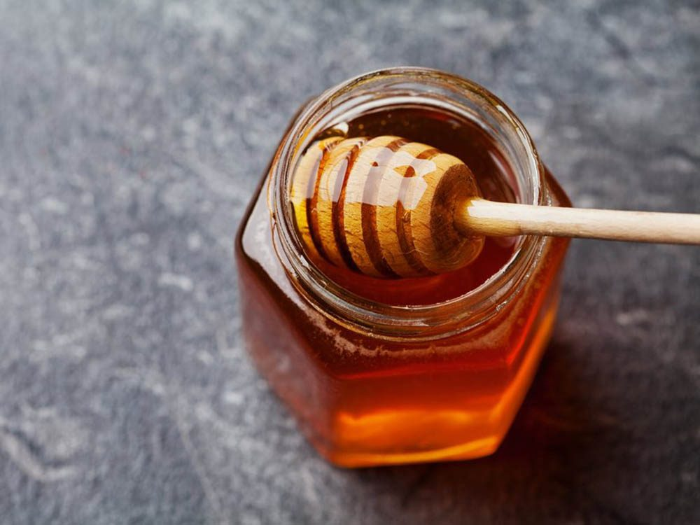 Le réfrigérateur risque de cristalliser le sucre du miel.