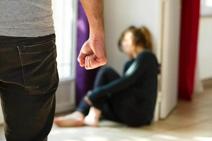 Une rupture amoureuse peut avoir lieu lorsque le partenaire présente des signes de comportement abusif.