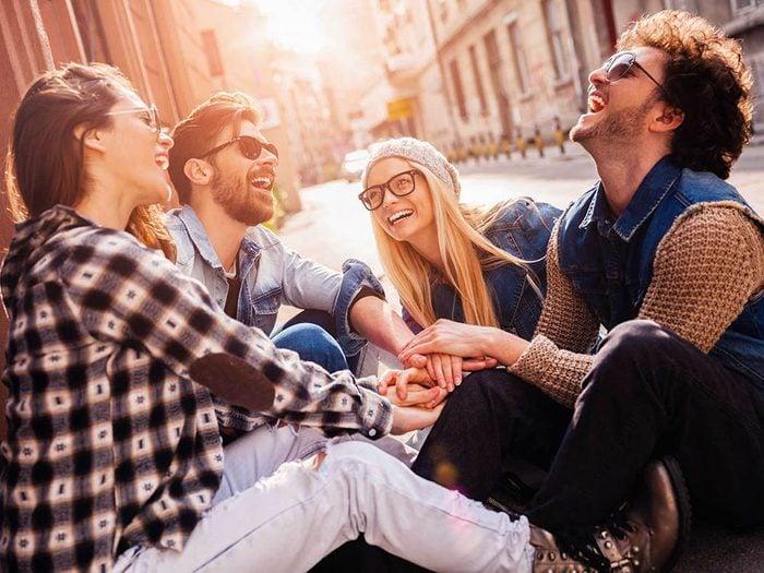 Une rupture amoureuse est justifiée lorsque le partenaire ne peut rien faire sans sa bande d'amis.