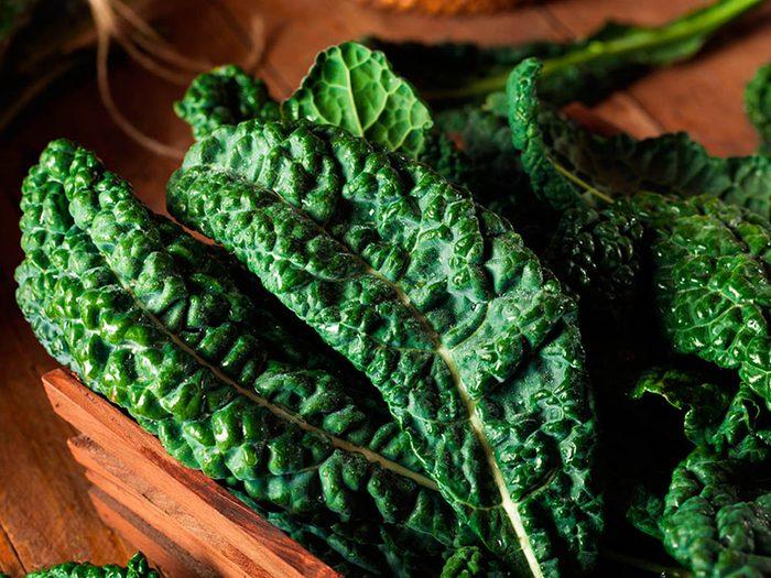 Superaliment: le chou vert une bonne source de vitamine K.