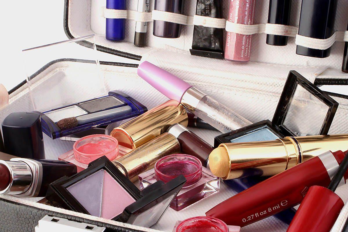 Tâches à faire : faire le ménage de votre trousse à maquillage.