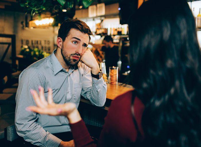 Tics nerveux : certaines personnes se déconcentre vite lorsqu'on leur parle.