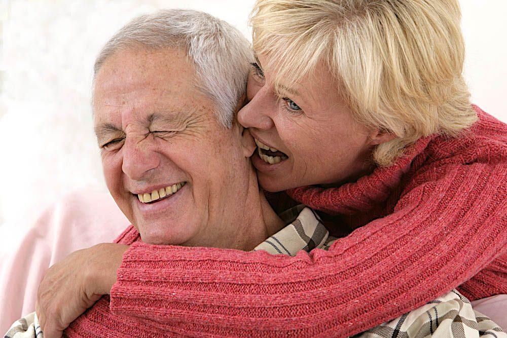 Un vieux couple se donne des surnoms affectueux.