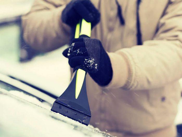 Comment affronter l'hiver quand notre pare-brise est givré.