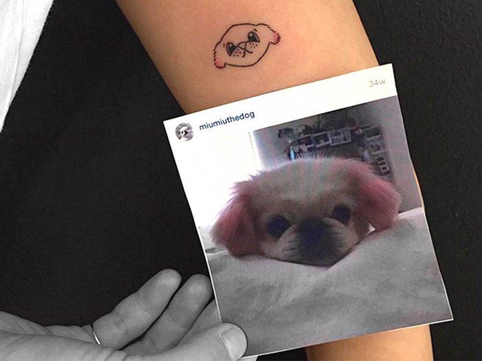Votre animal de compagnie est tatoué sur votre corps.