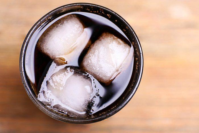 Pour une alimentation anti-inflammatoire, bannissez les sodas.