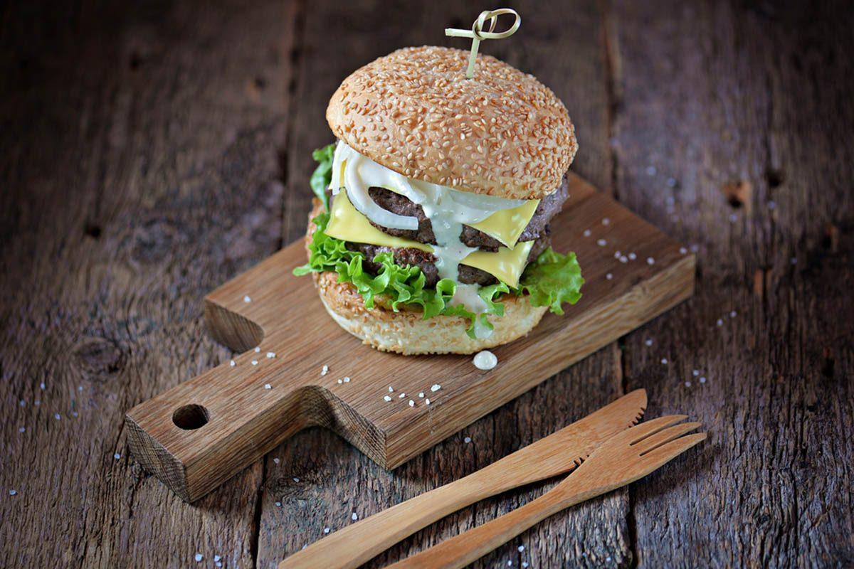 Pour une alimentation anti-inflammatoire, évitez de commander un double-burger au fromage.