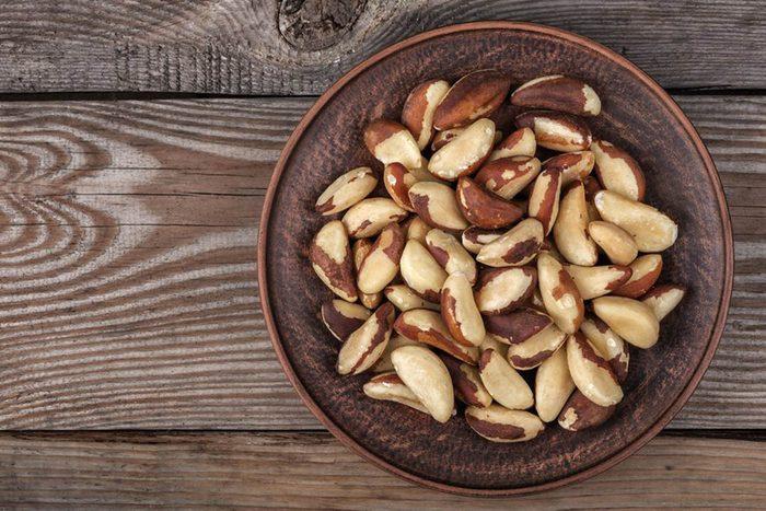 Pour une alimentation anti-inflammatoire, mangez des noix du Brésil.