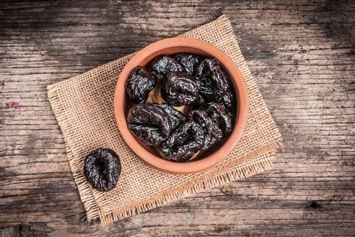 Pour une alimentation anti-inflammatoire, mangez des pruneaux.