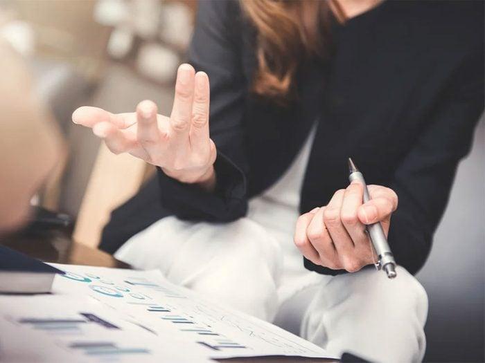S'exprimer par les mains pour augmenter la confiance en soi.