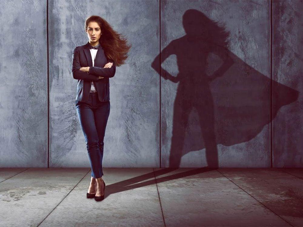 Adopter la posture de Wonder Woman pour augmenter la confiance en soi.