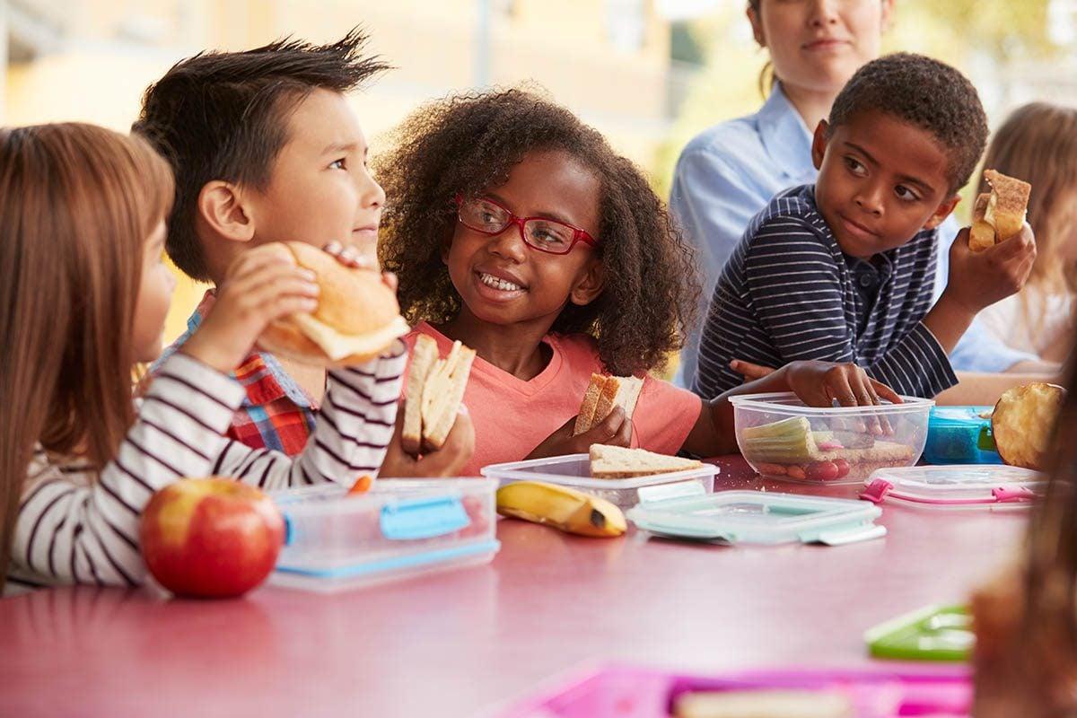 Dans la boîte à lunch de votre enfant, incluez un fait divers qui pourrait l'intéresser.