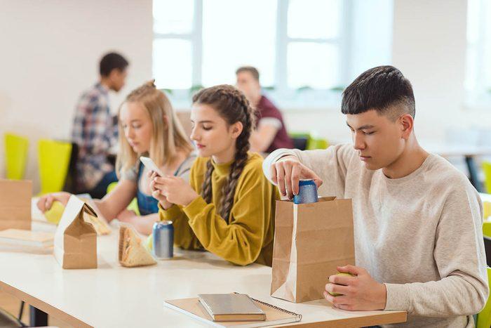 Au lieu d'utiliser la boîte à lunch, envoyez un sms à votre enfant à l'heure du dîner.