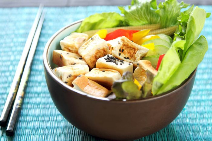 Boîtes à lunch : préparez une salade asiatique.