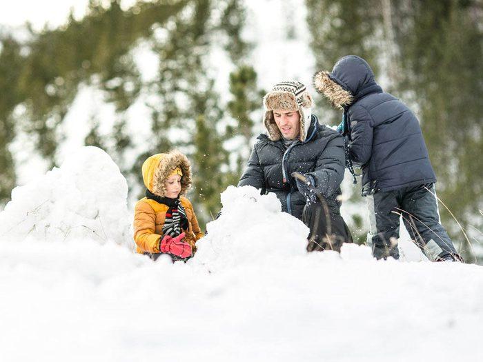 Pour faire un bonhomme de neige, aplatissez chaque boule.