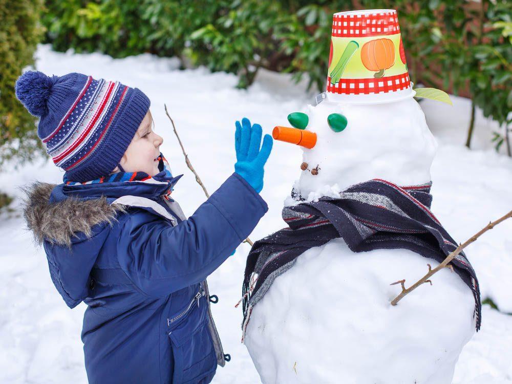 Pour faire un bonhomme de neige, soyez créatif avec les décorations.