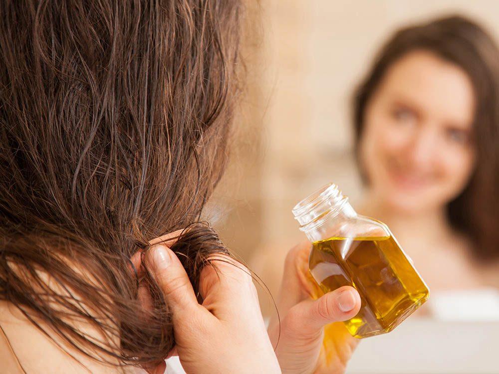 Vos cheveux risquent d'être alourdis par une trop grande quantité de produit.