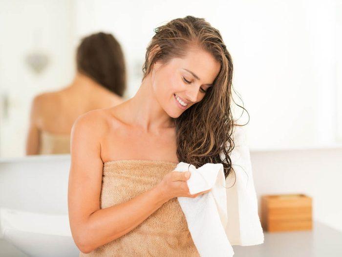 Vos cheveux doivent d'abord être séchés dans une serviette.