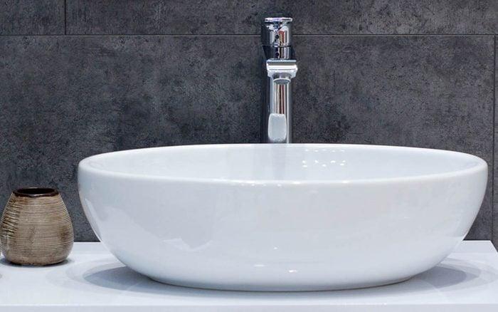 Le Coca Cola peut être utilisé pour déboucher les tuyaux des lavabos.