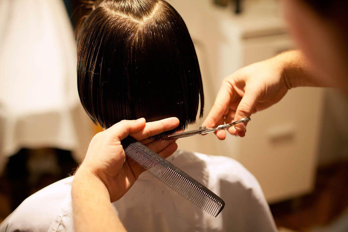 Le coiffeur sait que des cheveux fins n'ont pas besoin d'être portés courts.