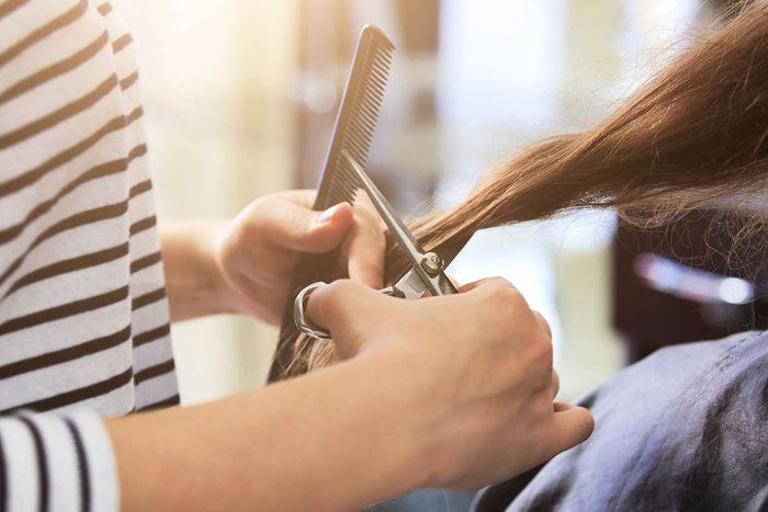 Le coiffeur peut vous accorder un rabais.