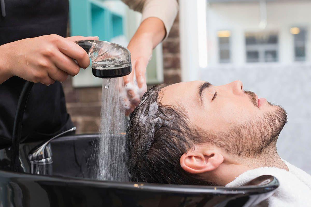 Le coiffeur dorlote ses clients.