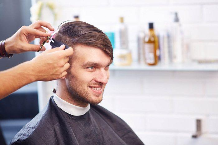 Le coiffeur entendent des histoires que les hommes ne racontent pas à leur femme.