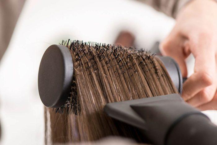 Le coiffeur sait que l'humidité endommage vos cheveux.