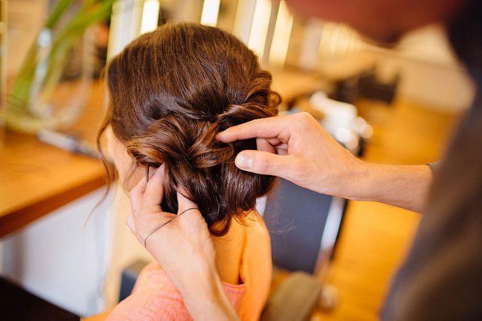 Le coiffeur préfère que vous veniez avec des cheveux propres.