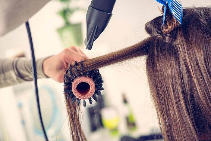 Le coiffeur reste debout toute la journée.