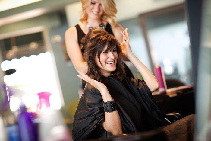 Le coiffeur travaille fort pour vous rendre heureuse.