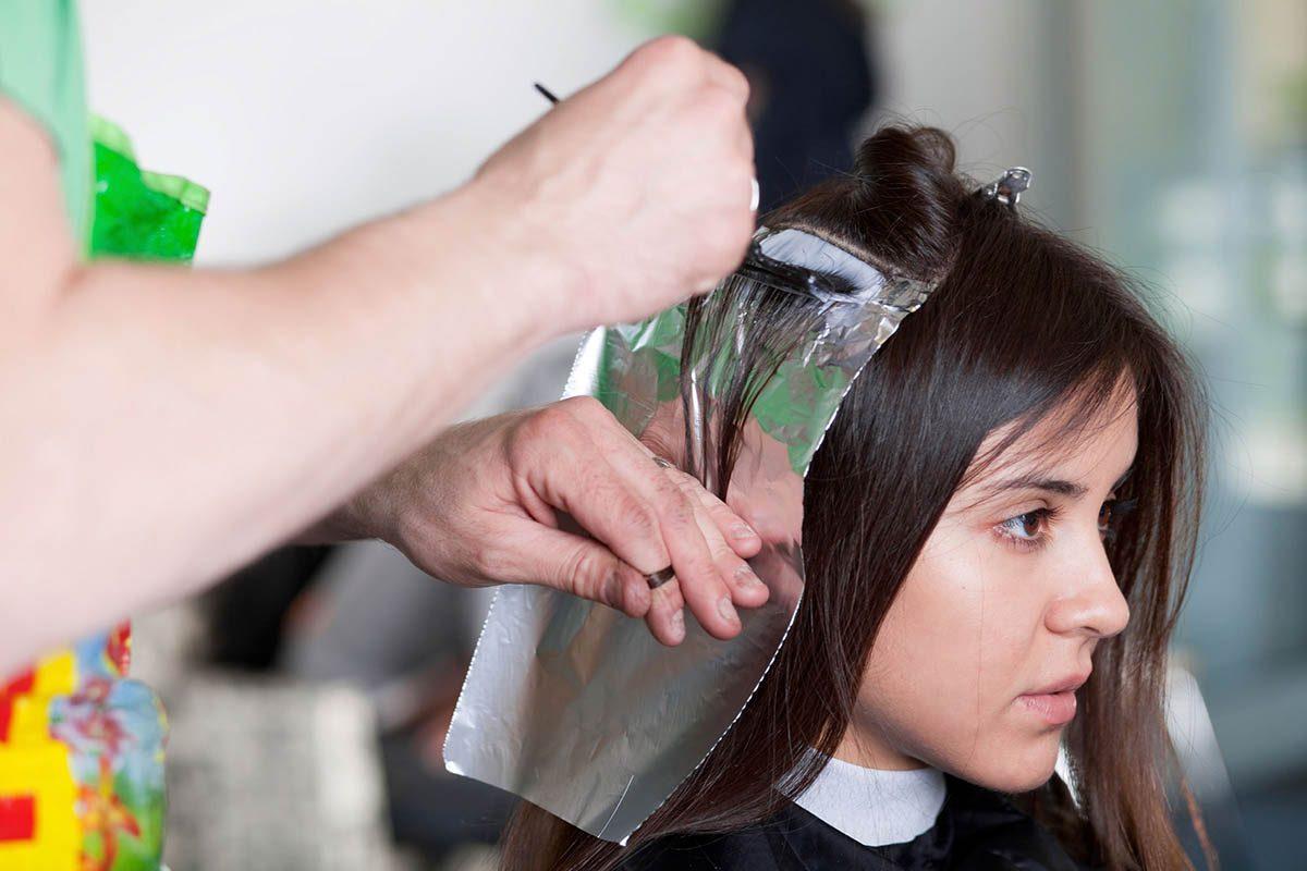 Le coiffeur voit les femmes à leur pire.
