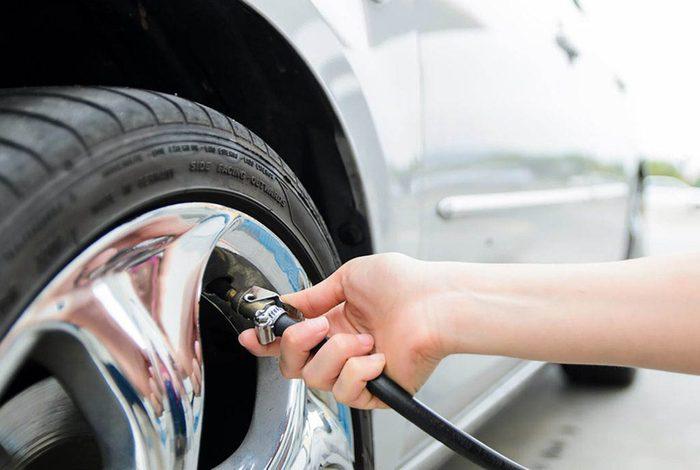 Conseils automobile : maintenez la bonne pression de pneus.