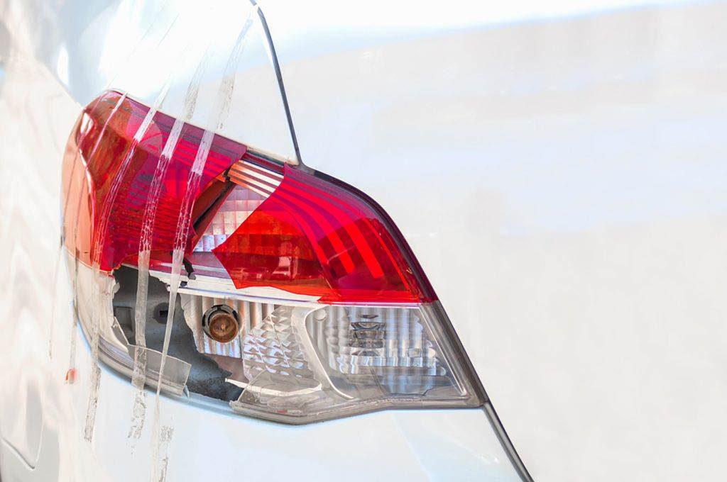 Conseils automobile : utilisez du ruban adhésif pour réparer les feux de signalisation cassés.