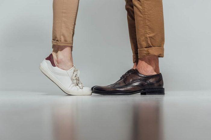 Une douleur aux pieds peut être causée par des chaussures trop vieilles.