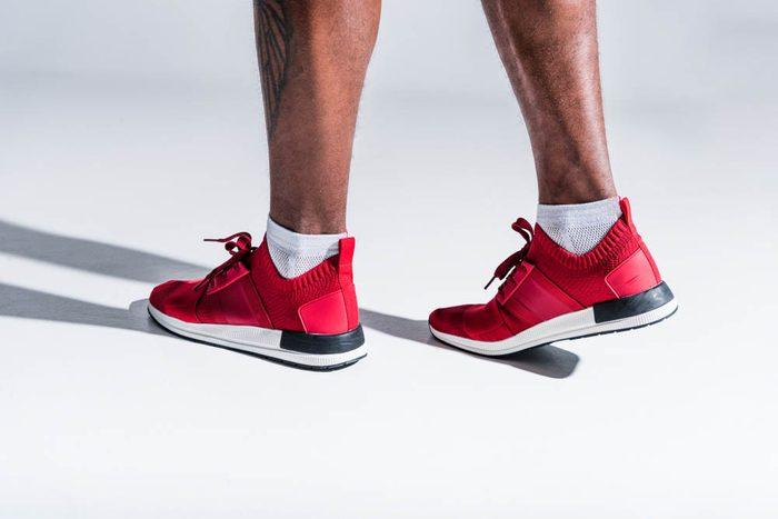 Une douleur aux pieds peut être due à l'utilisation de mauvaises chaussures pour le sport.
