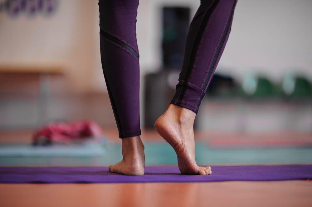 Une douleur aux pieds être causée par des exercices faits pieds nus.