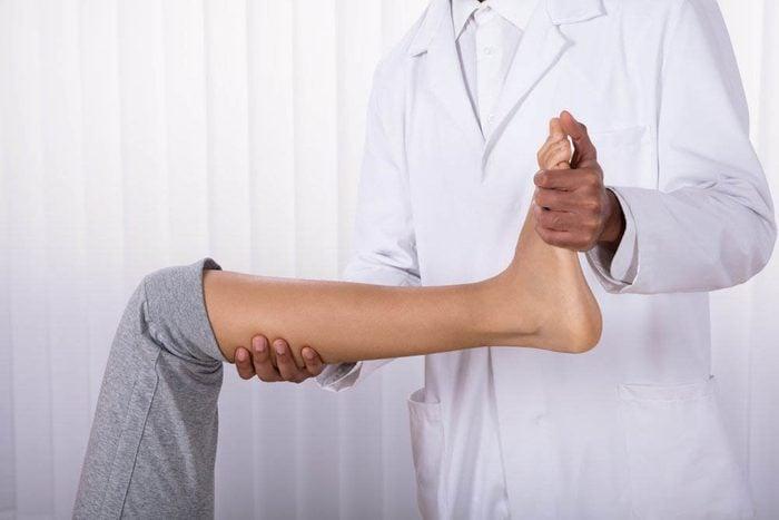 Une douleur aux pieds peut être due à un surmenage.