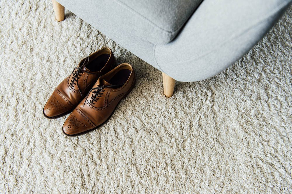 Une douleur aux pieds peut survenir si vous portez les mêmes chaussures tous les jours.