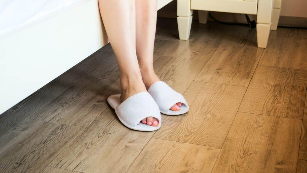 Une douleur aux pieds peut survenir si vous négligez le port des pantoufles à la maison.