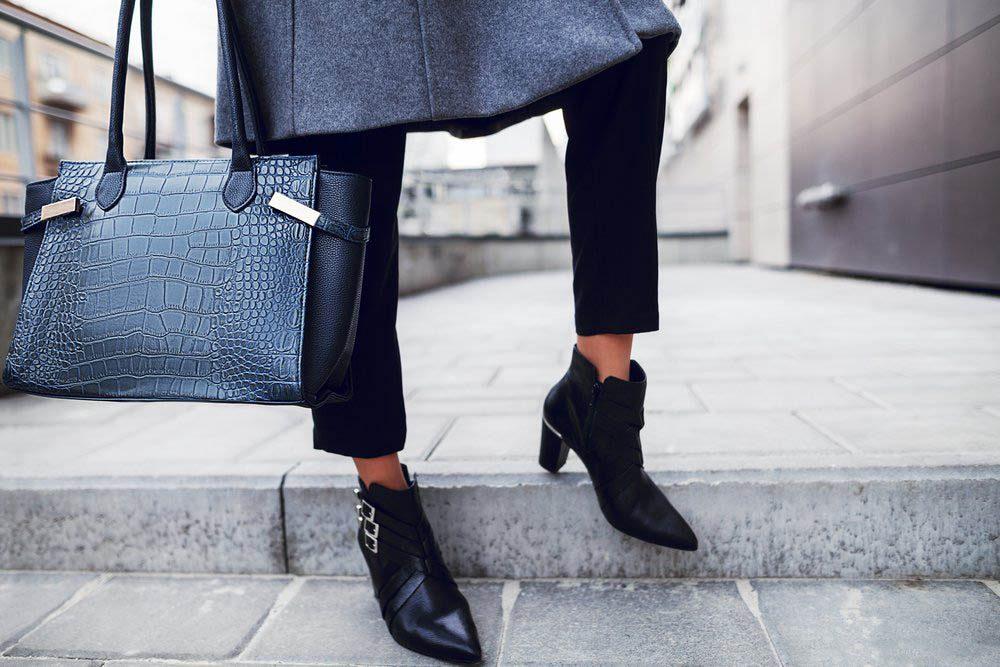Une douleur aux pieds peut survenir si vous portez toujours vos sac du même côté.