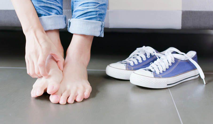 Une douleur aux pieds peut être causée par des plaques squameuses.