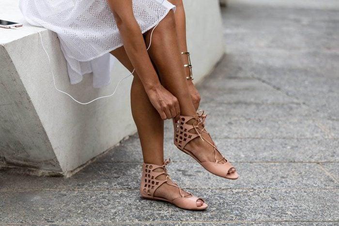 Une douleur aux pieds peut survenir si vous portes des souliers plats dans les transports en commun.