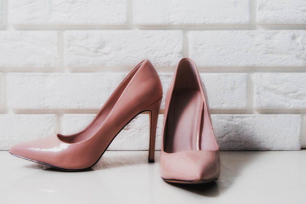 Une douleur aux pieds peut être due à des talons trop hauts.